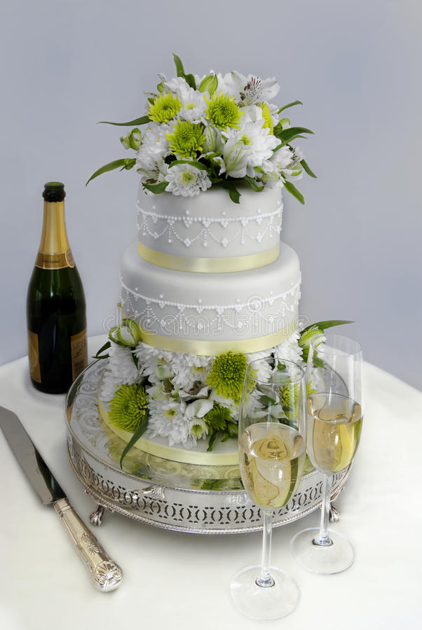 Wedding cake and champagne. Wedding cake with 2 glasses of champagne stock photo