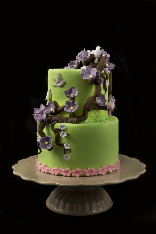 Wedding cake with ourple flowers royalty free stock photos