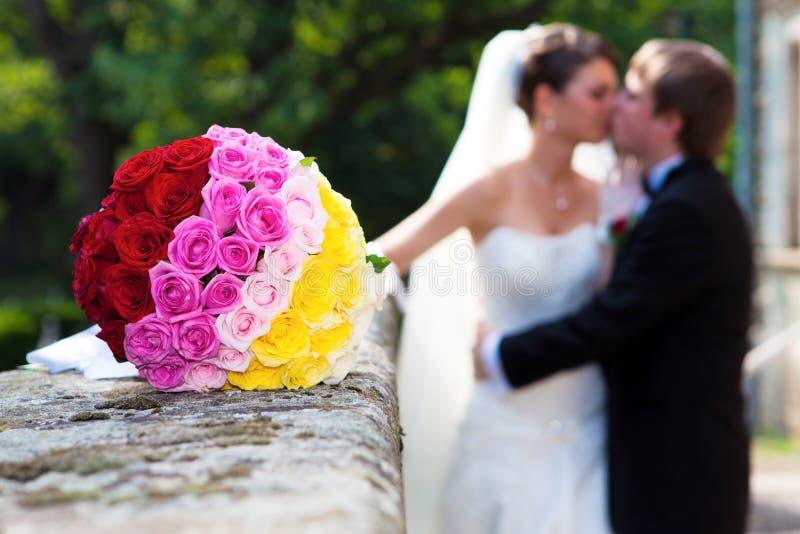 Wedding com o ramalhete romântico das rosas imagem de stock
