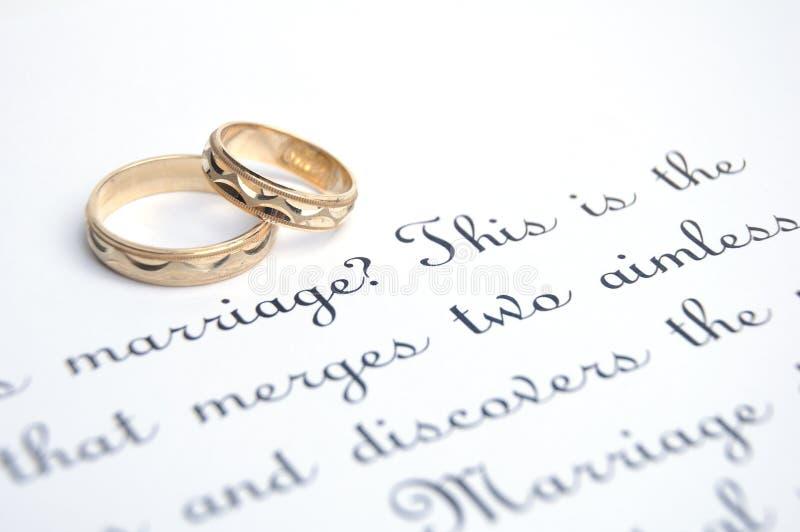 Wedding goldene Ringe und Versprechen stockfoto