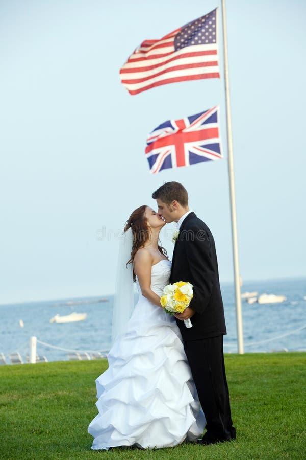 Wedding - noiva e noivo com bandeira foto de stock