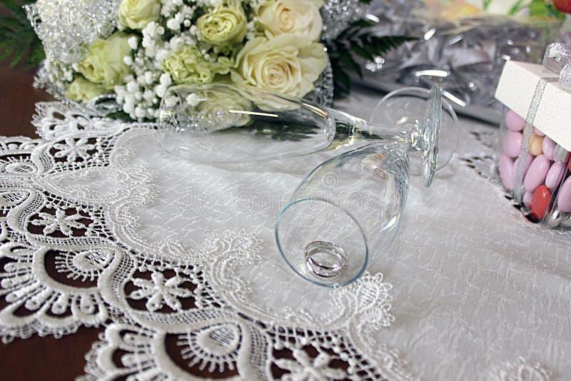 Wedding& x27; s ringer förbindelse royaltyfri fotografi