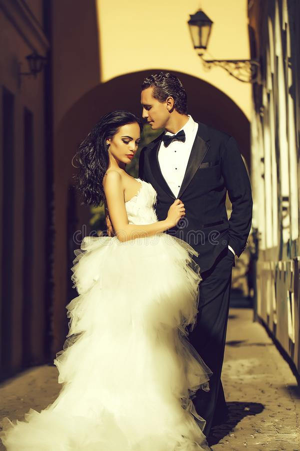 Free Wedding Sexy Couple In Arch With Street Lamp Royalty Free Stock Photos - 148458638