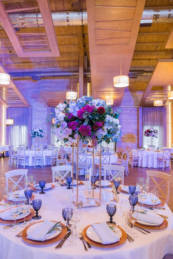 Free Wedding Tables In A Restaurant With Decor And Flowers Royalty Free Stock Images - 182418549