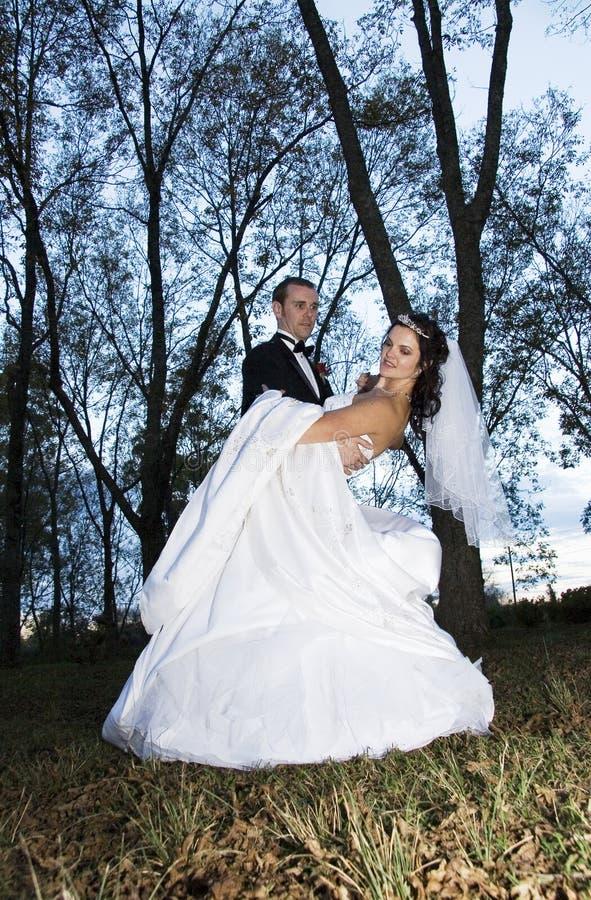Wedding Tanz im Holz lizenzfreies stockbild