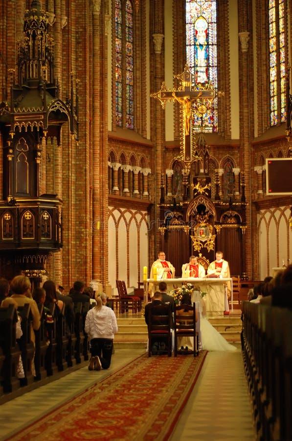 Wedding in una chiesa cristiana immagine stock
