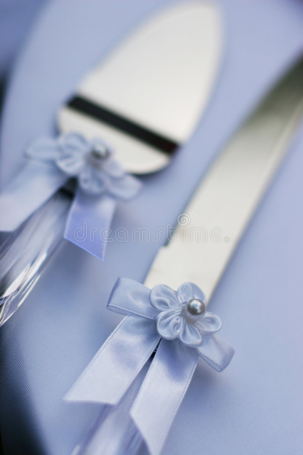 Wedding utensils. A knife and a spatula for cutting the wedding cake stock photo