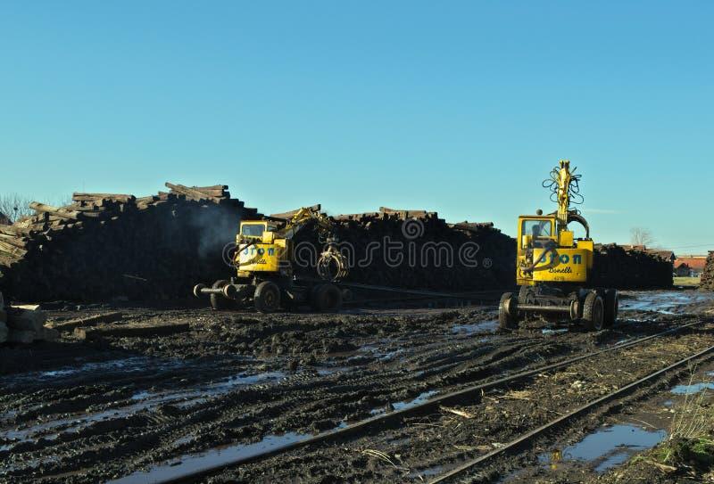 Wederopbouw van een spoorweg met machines die op een zonnige de winterdag werken royalty-vrije stock foto