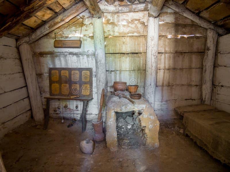 Wederopbouw van het binnenland van de oude woning, archeologisch park 'van nomadisch aan steden ', Divnogorye, Voronezh-gebied stock afbeelding