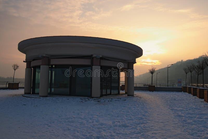 Wederopbouw van het gebied dichtbij de rivierhaven in Kyiv Typische moderne architectuur, zonsopgang op de winterochtend royalty-vrije stock afbeeldingen