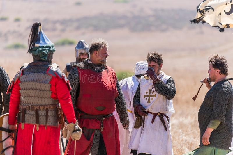 Wederopbouw van Hoornen van Hattin-slag in 1187 De gevangen ridders van de Kruisvaarders zijn drinkwater van de kop, die hij aanb royalty-vrije stock fotografie