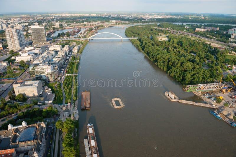 Wederopbouw van Oude brug over Donau in Bratislava bij schemer, Slowakije stock afbeeldingen