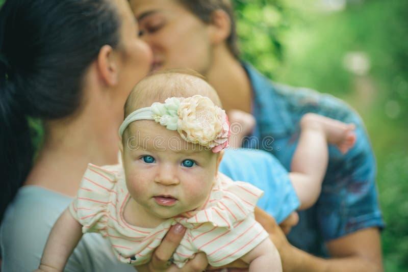 Wederzijds begrip tussen ouders in familie Familieliefde van pasgeboren De ouders houden van hun pasgeboren kind developing royalty-vrije stock foto