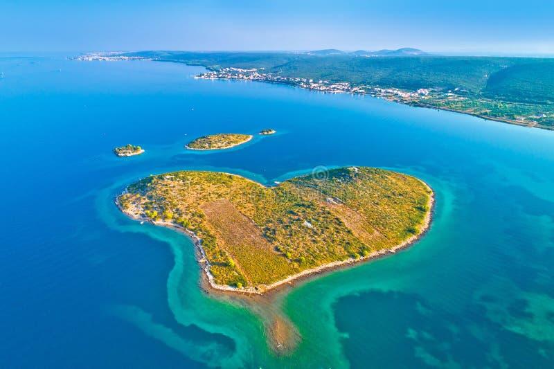 Wedijvert het hart gevormde Eiland Galesnjak in Zadar-de antenne van de archipel stock foto