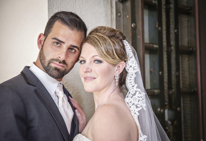 Weding-Paare durch rustikale Tür lizenzfreie stockbilder