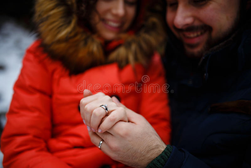 Weds recentemente guardar as mãos e mostrar as alianças de casamento imagens de stock