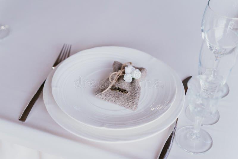 Wedstrijktafel met witte gerechten stock foto's