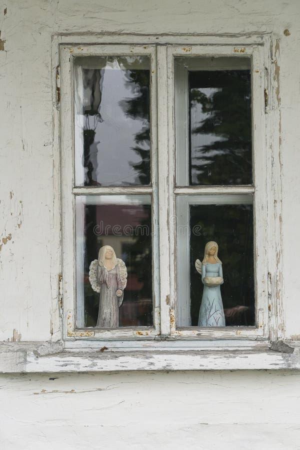 Weduwe in de houten bouw stock foto's