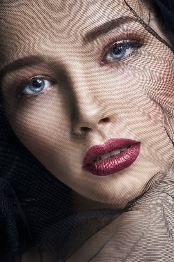 Weduwe in sluiers, portret van jonge donkerbruine vrouw tegen een donkere achtergrond Geheimzinnig helder beeld van een vrouw met stock afbeeldingen