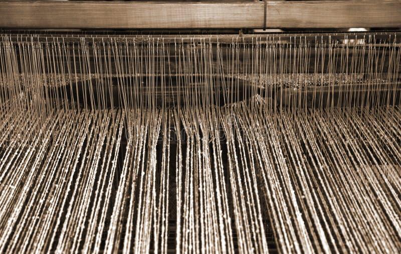 weefgetouw in de textielindustrie voor de productie van wollen blanke stock fotografie