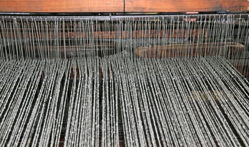 weefgetouw in de textielindustrie voor de productie van wollen blanke royalty-vrije stock foto's