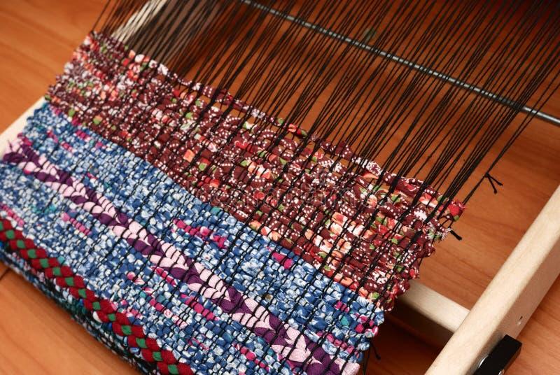 Weefgetouw en geweven stof, traditioneel patroon royalty-vrije stock afbeelding