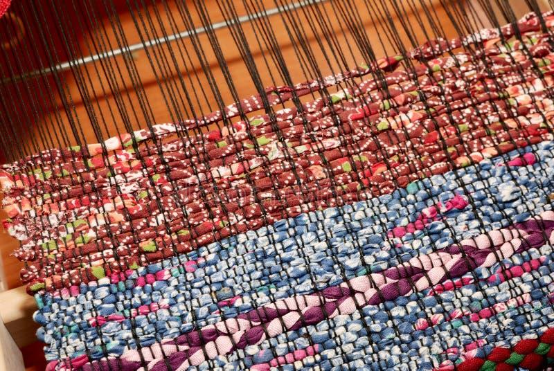 Weefgetouw en geweven stof, traditioneel patroon royalty-vrije stock afbeeldingen