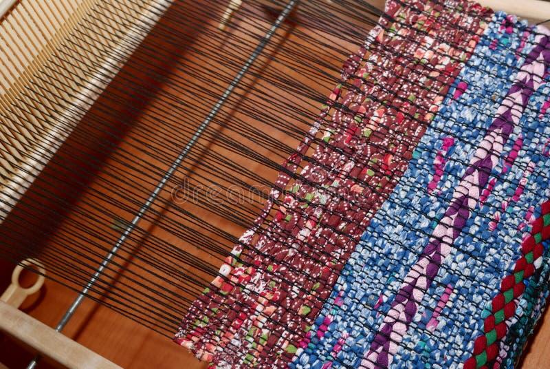 Weefgetouw en geweven stof, traditioneel patroon stock fotografie