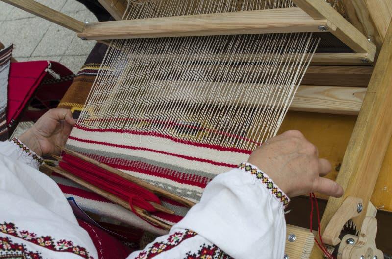 Weefgetouw en wevende Oekraïense handdoek stock afbeeldingen