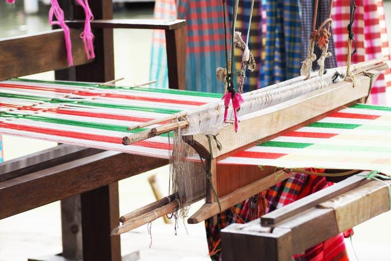 Weefgetouw het weven in Thailand royalty-vrije stock afbeeldingen