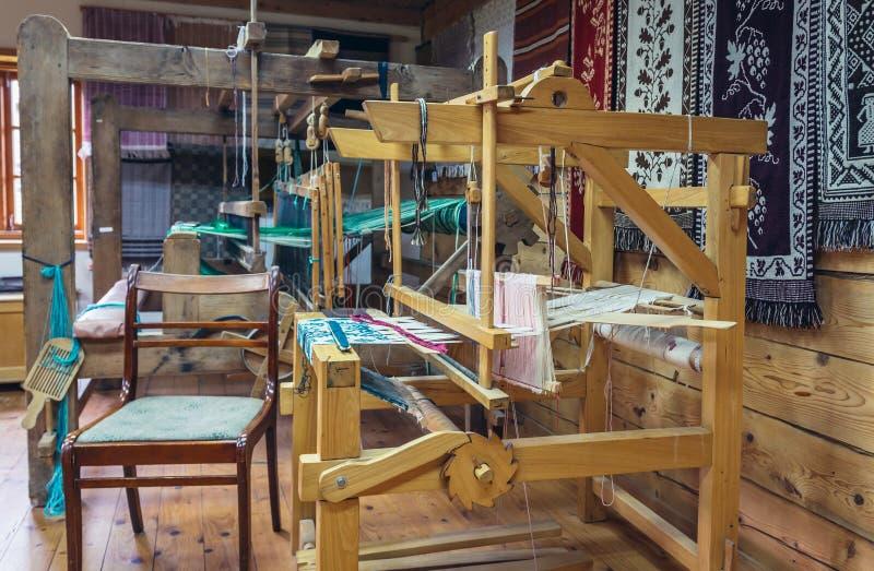 Weefgetouw in het weven van workshop stock foto