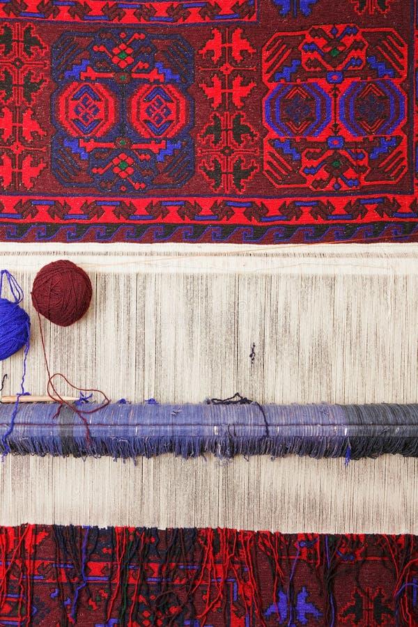 Weefgetouw met tapijt stock afbeelding
