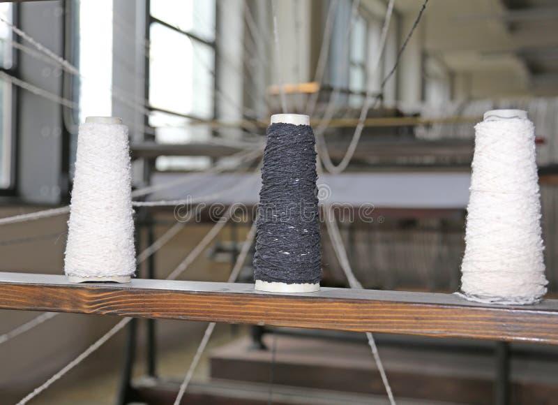 weefgetouw voor de productie van stoffen met drie draadsplolette stock fotografie