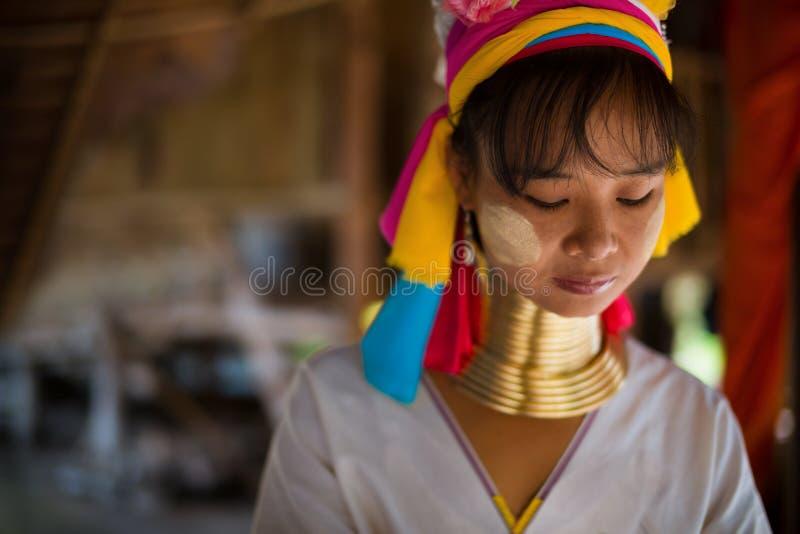 Weefsels van de de stamvrouw van Karen de lange necked op een weefgetouw in heuvels dichtbij Chiang Mai, Thailand stock afbeelding