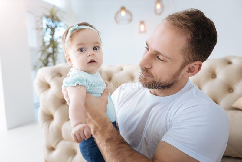 Week-end avec du charme de dépense d'enfant avec le père à la maison image libre de droits