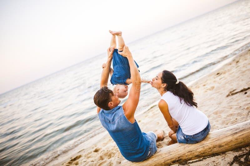 Week-end de famille de thème, vacances d'été de plage avec l'enfant La jeune famille élégante de la maman de papa de trois et la  images libres de droits