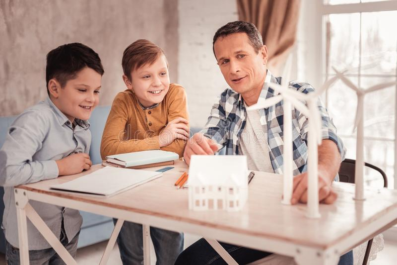 Week-end de soin de dépense de père de famille avec ses écoliers photo libre de droits
