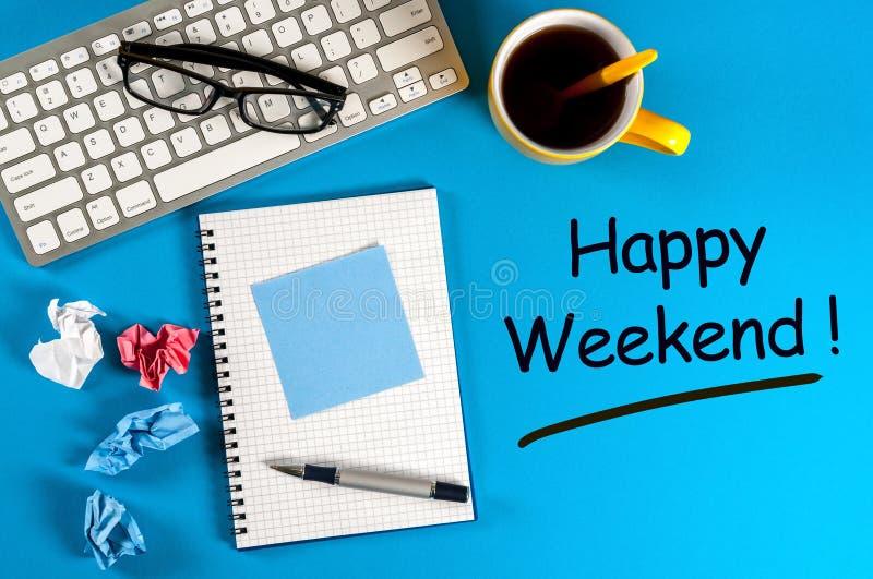 Week-end heureux - souhaits au bureau de travail de bureau photos libres de droits