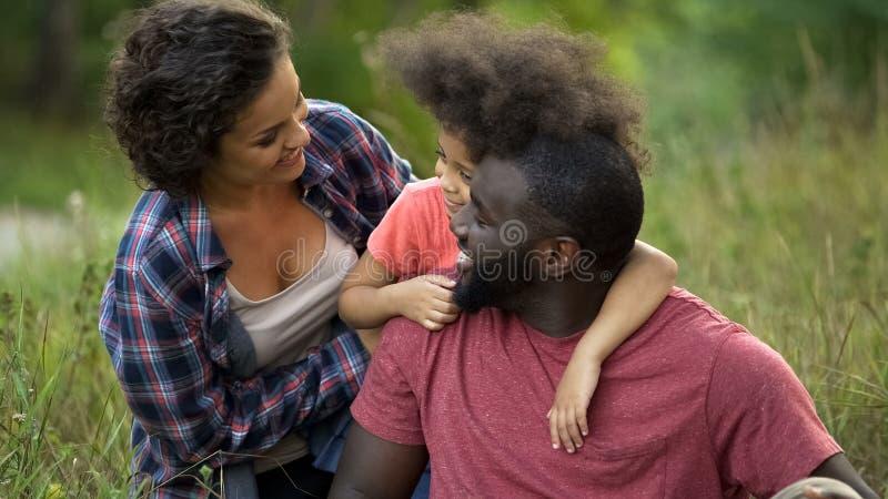 Week-end multiculturel de dépense de famille ensemble dans la campagne, temps heureux image stock