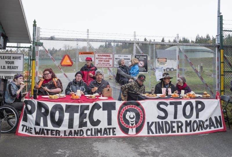 Weekend les protestataires de canalisation aujourd'hui à la ferme de réservoir de Kinder Morgan dans Burnaby, AVANT JÉSUS CHRIST photographie stock libre de droits