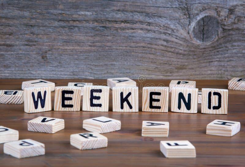 Weekend od drewnianych listów na drewnianym tle zdjęcia royalty free