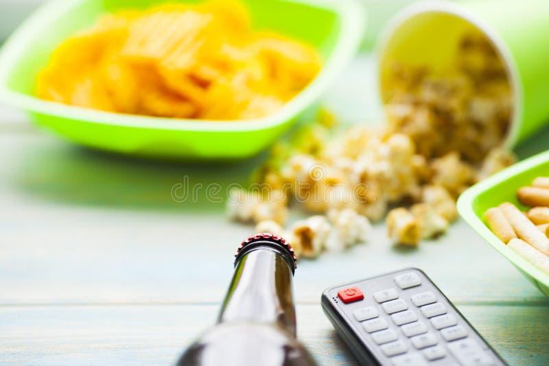 Weekend zu Hause, Freizeitlebensstil, Fernsehen, Schnellimbisskonzept lizenzfreie stockbilder