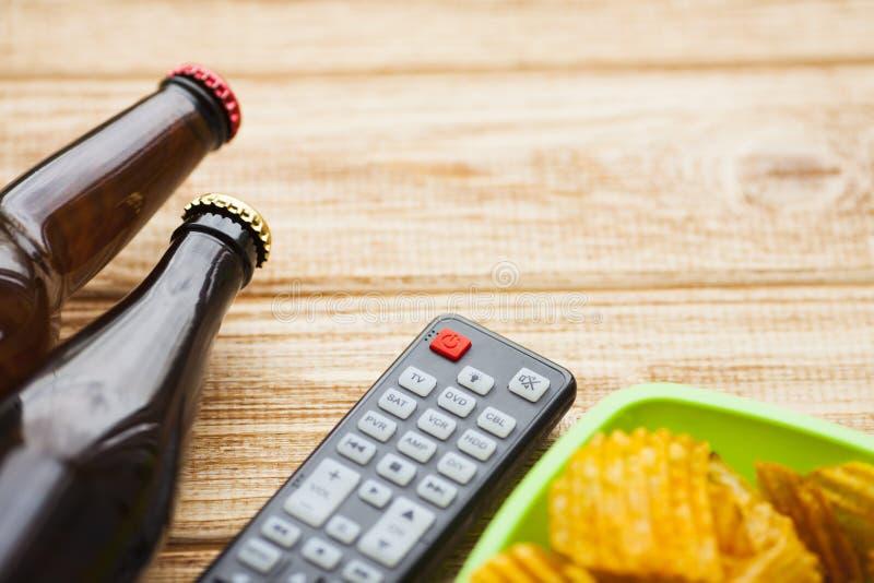 Weekend zu Hause, Freizeitlebensstil, Fernsehen, Schnellimbisskonzept stockfoto