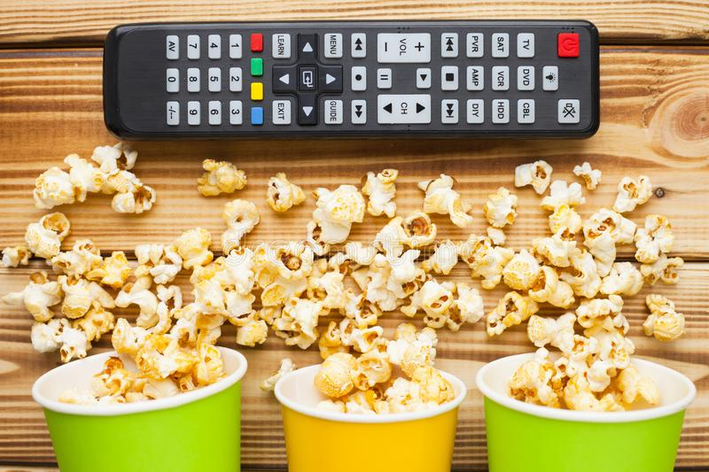 Weekend zu Hause, Freizeitlebensstil, Fernsehen, Schnellimbisskonzept stockbild
