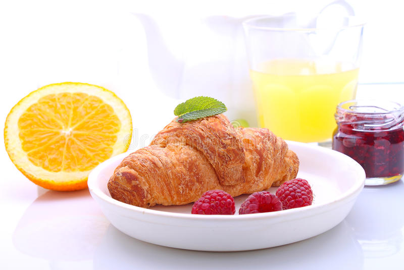 Weekendontbijt: croissants, fruit en sinaasappel stock afbeelding