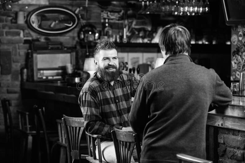 Weekendvrije tijd Vrijdagontspanning in bar Vrienden die in bar ontspannen Vriendschappelijk gesprek met vreemdeling Brutale Hips stock afbeeldingen