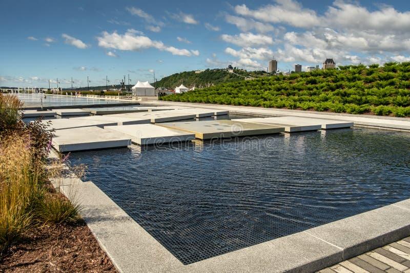 Weelderige fontein op Quai Paquette royalty-vrije stock foto