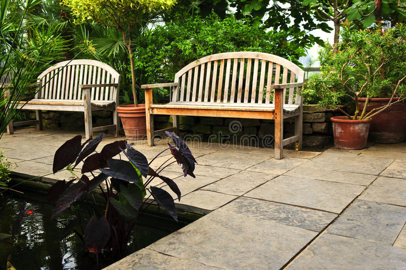 Weelderige groene tuin stock foto