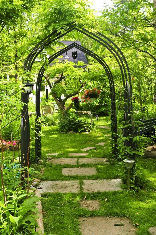 Weelderige groene tuin stock fotografie