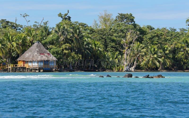 Weelderige tropische kust met met stro bedekte bungalow Panama royalty-vrije stock fotografie